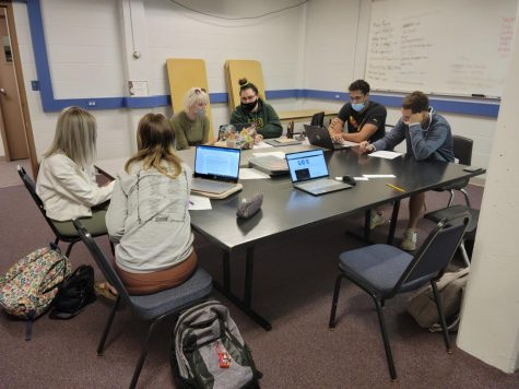 Students in Com 102 working on peer reviews for their articles